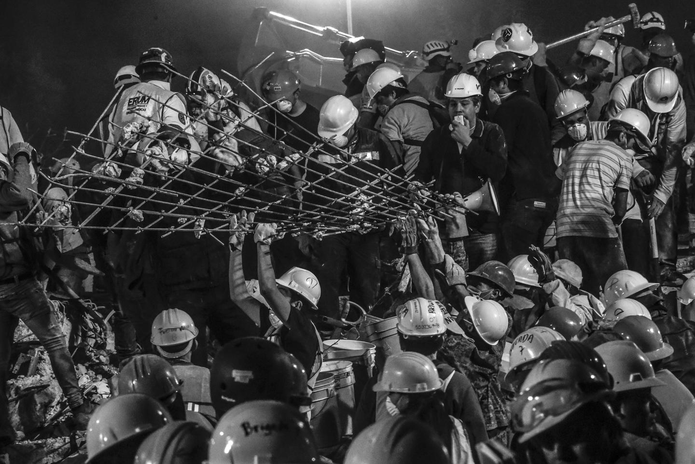 Decenas de personas sumando su esfuerzo y capacidad física para retirar escombros y materiales de un edificio derrumbado. Cientos de personas llegaron hasta la colonia obrera, un de las construcciones con más víctimas; según las cifras oficiales 63 personas perdieron la vida en este lugar. Ciudad de México, septiembre 22, 2017.